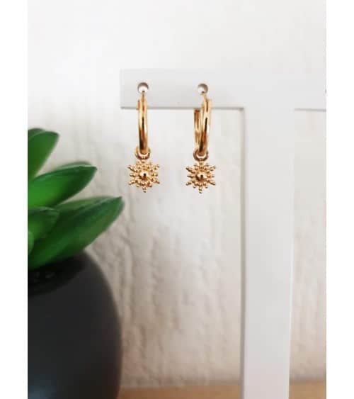 """Boucles d'oreilles créoles en plaqué or avec un petit """"soleil"""" pendant"""