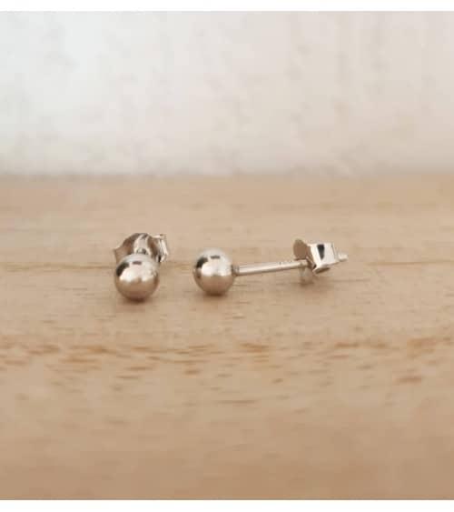 Boucles d'oreilles boules en argent 925/1000 rhodié, en diamètre 4 mm, avec poussettes