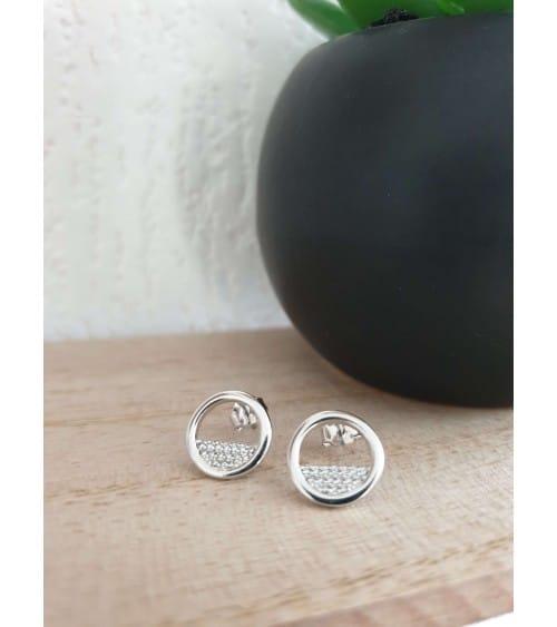Boucles d'oreilles en argent 925/1000 rhodié avec un anneau serti pour 1/3 d' oxydes de zirconium, à poussettes