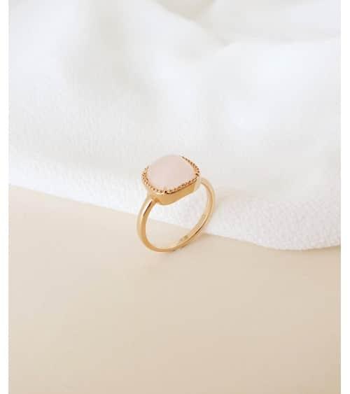 Bague en plaqué or surmontée d'un carré en quartz rose