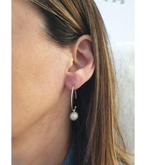 Boucles d'oreilles créoles ouvertes avec un petit soleil pendant orné d'un oxyde de zirconium en son centre
