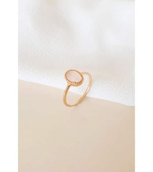 Bague en plaqué or avec une pierre quartz rose ovale sertie
