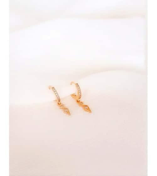 Boucles d'oreilles créoles en plaqué or avec un pendant en oxyde de zirconium