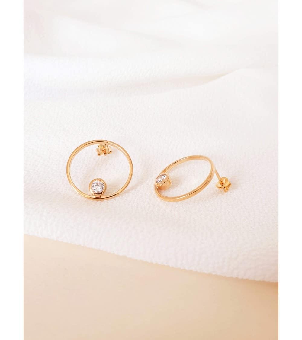 Boucles d'oreilles rond troué en plaqué or et oxydes de zirconium, avec poussettes