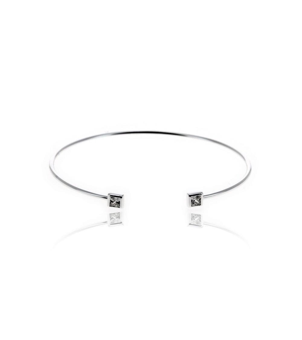 Bracelet rigide ouvert en argent 925/1000 rhodié, avec à chaque extrémité un carré serti d'oxydes de zirconium