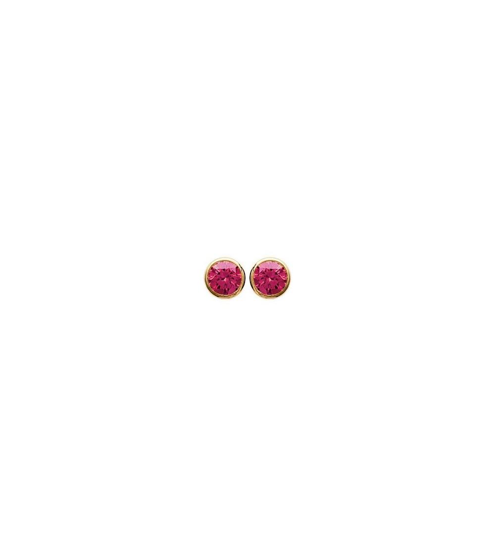 Boucles d'oreilles en plaqué or serties clos avec oxydes de zirconium teintés rouges, avec poussettes (diamètre 5 mm)