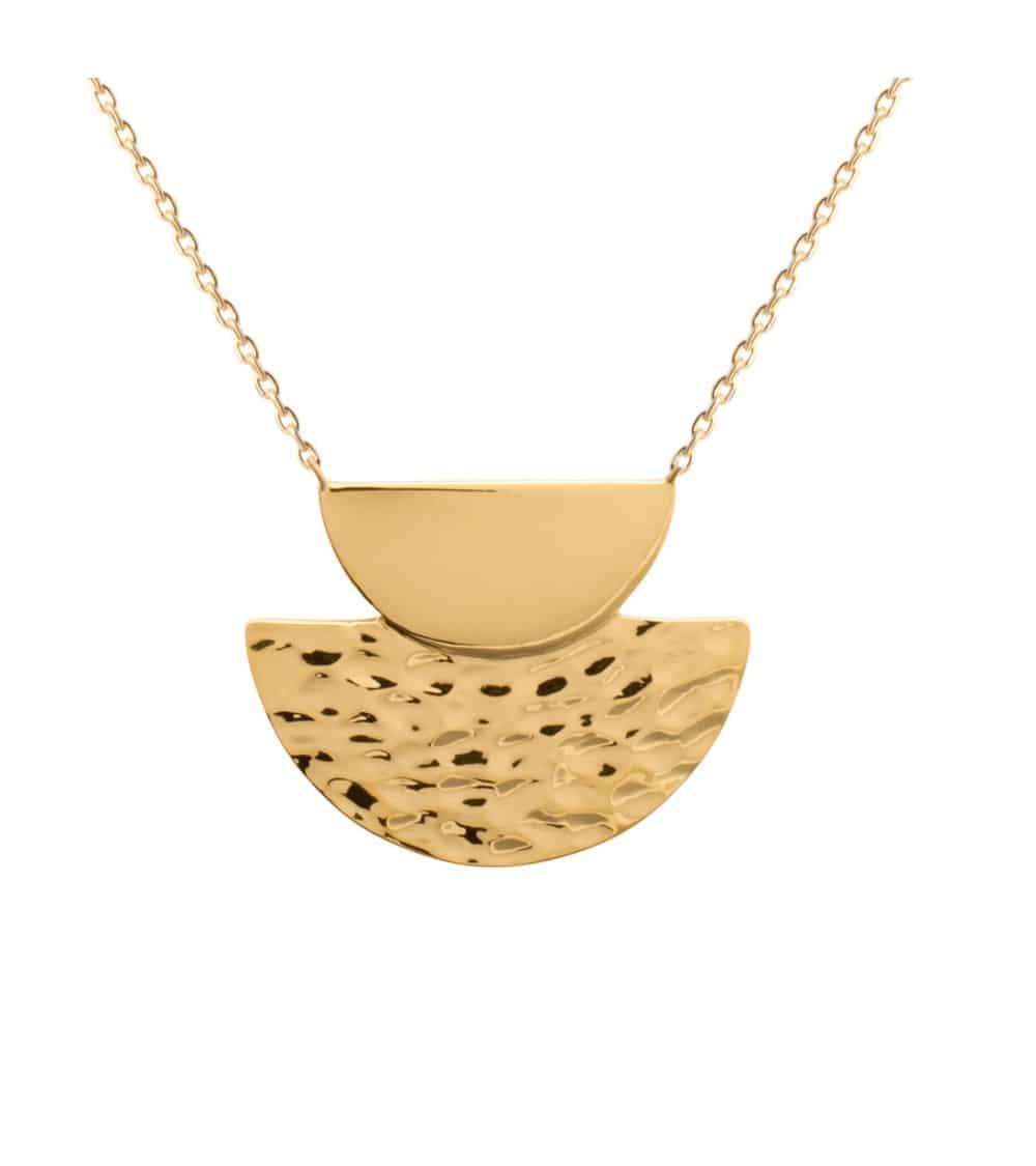 Collier en plaqué or avec une demi sphère lisse et une autre martelée, en longueur 45cm réglable à 42 et 40 cm