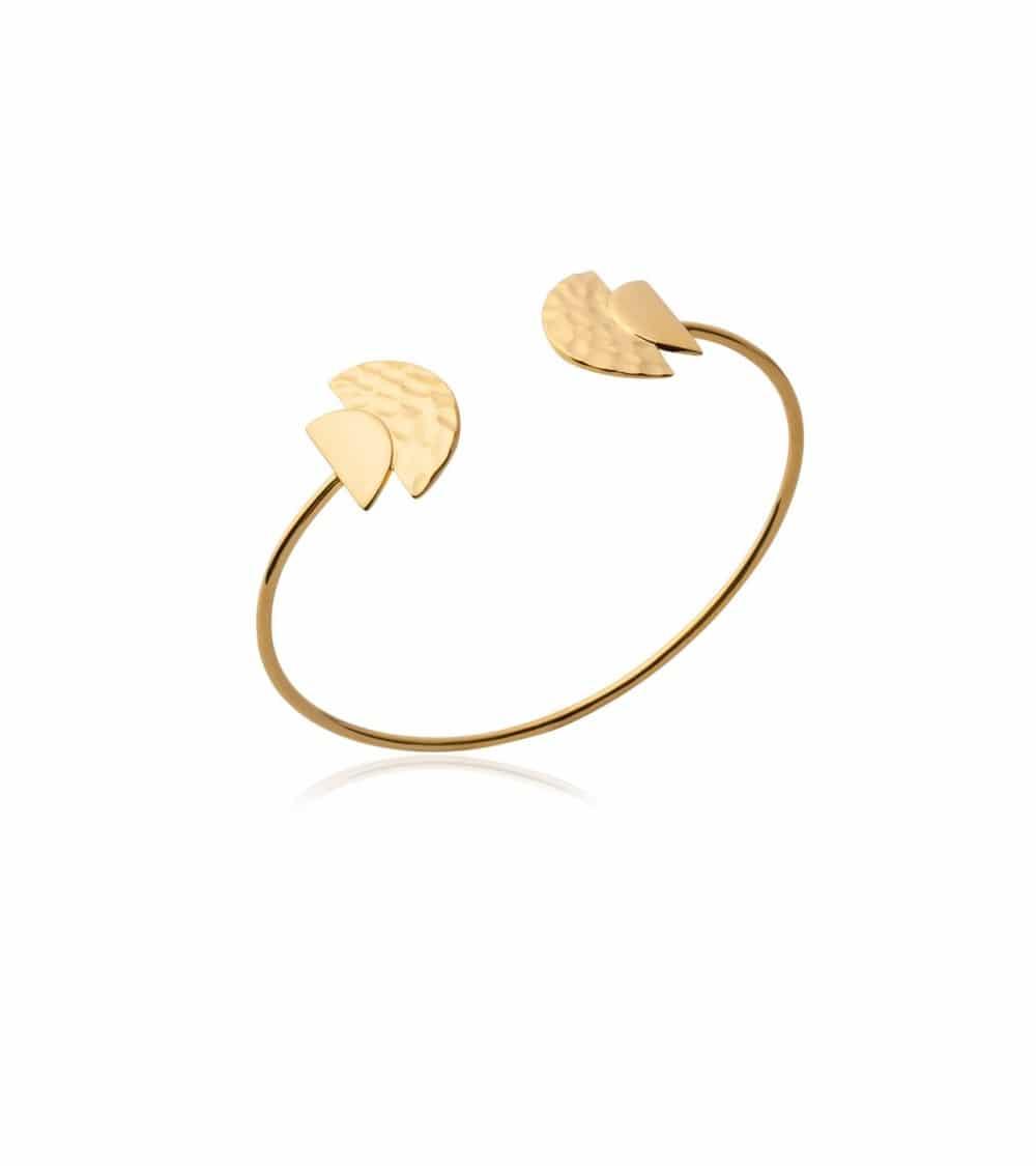 Bracelet rigide ouvert en plaqué or avec à chaque extrémité une demi sphère lisse et une demi sphère martelé (diamètre 58 cm)