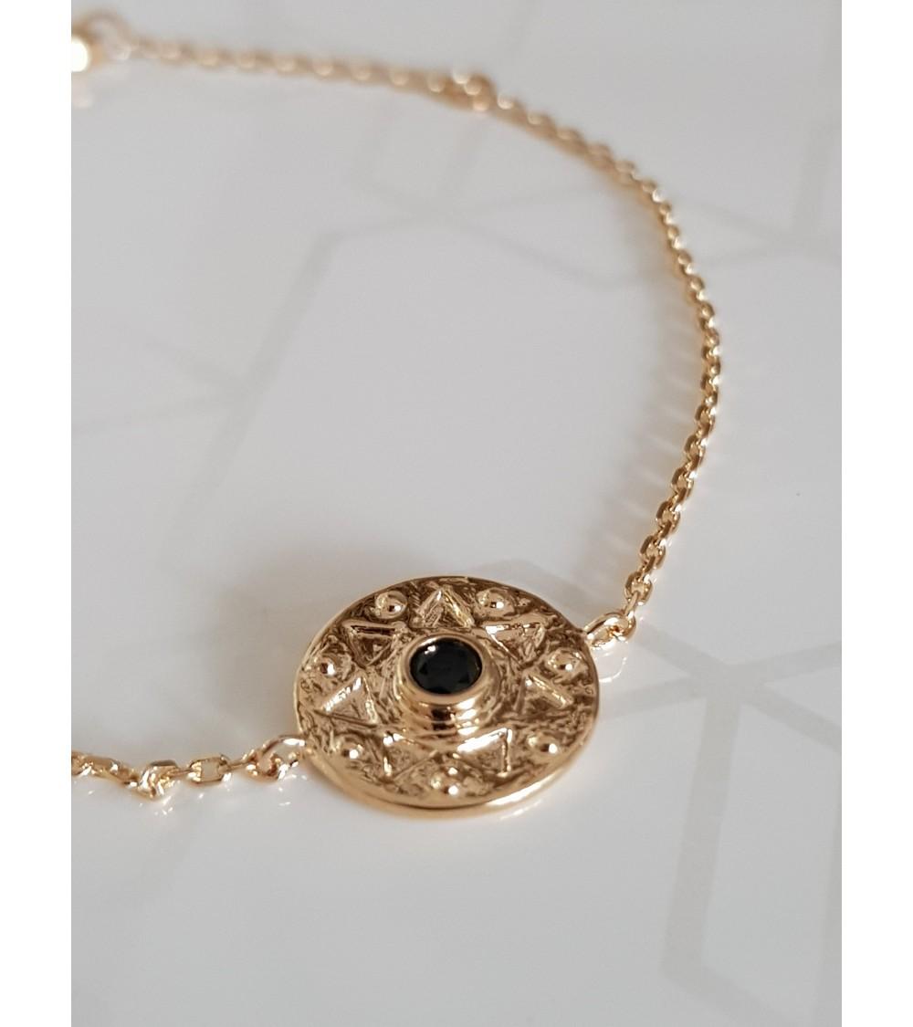 Bracelet en plaqué or avec pastille étoilée et pierre de synthèse noire (longueur 18 cm réglable en 16 cm)