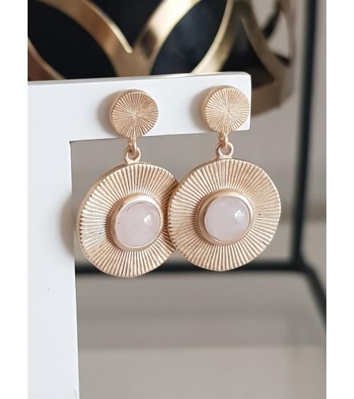 Boucles d'oreilles pendantes en plaqué or avec un rond strié orné d'un quartz rose, avec poussettes