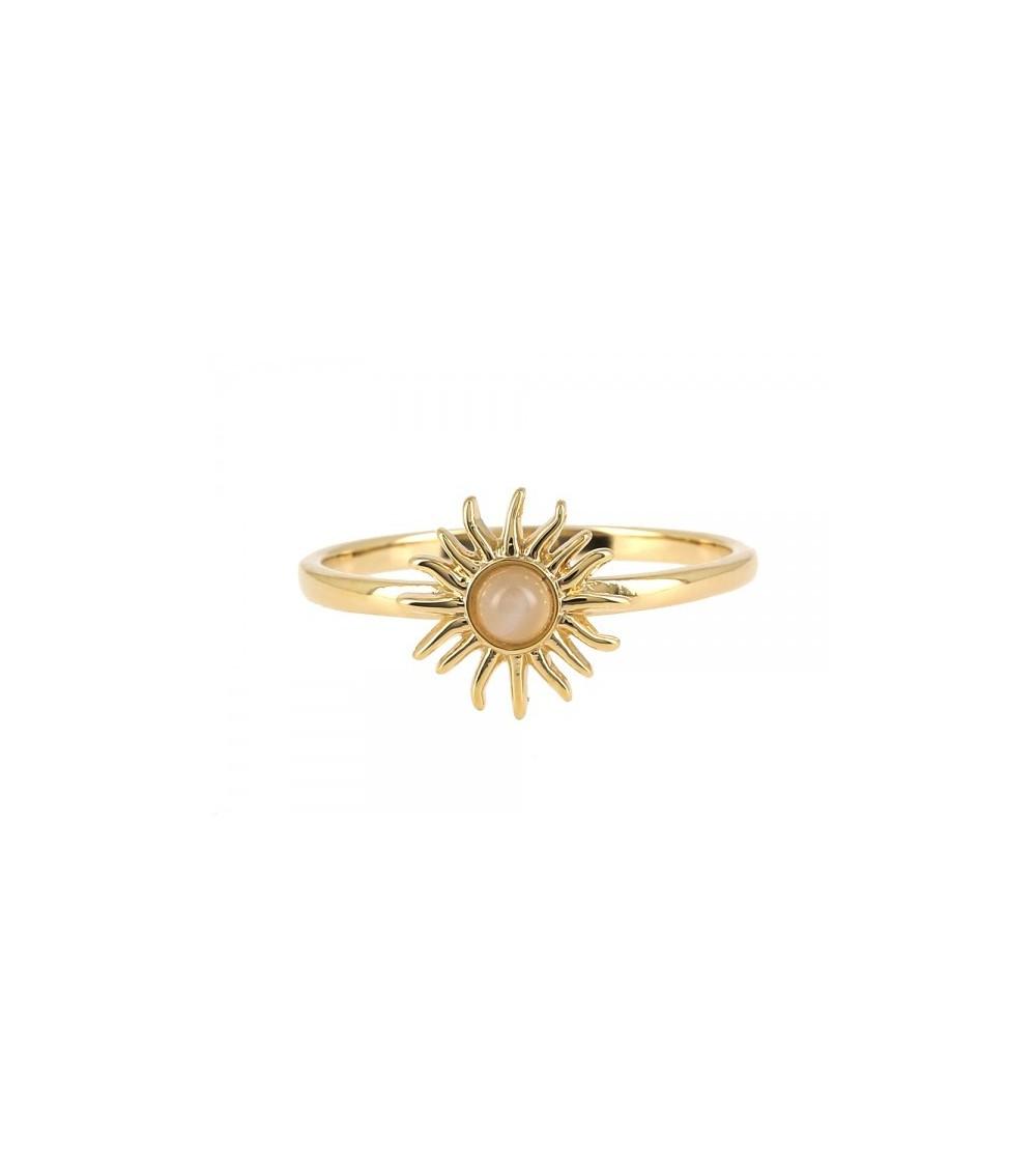 Bague en plaqué or avec motif soleil comportant une pierre de lune  en son centre