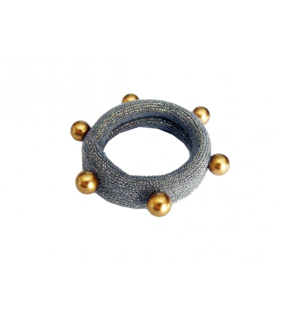 Chouchou en tissu élastique gris à liseré pailleté doré agrémenté d'imitation perles dorées cloutées