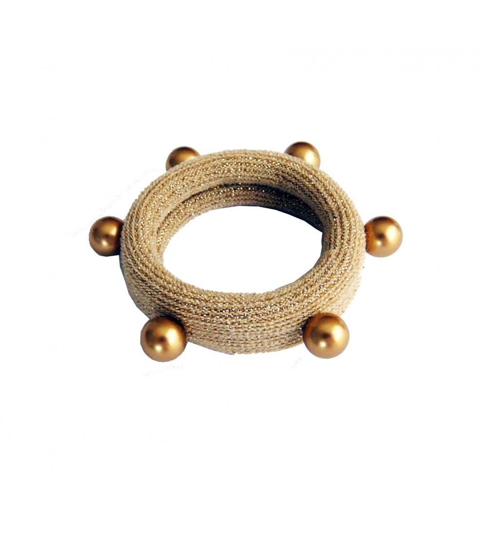 Chouchou en tissu élastique beige à liseré pailleté doré agrémenté d'imitation perles dorées cloutées