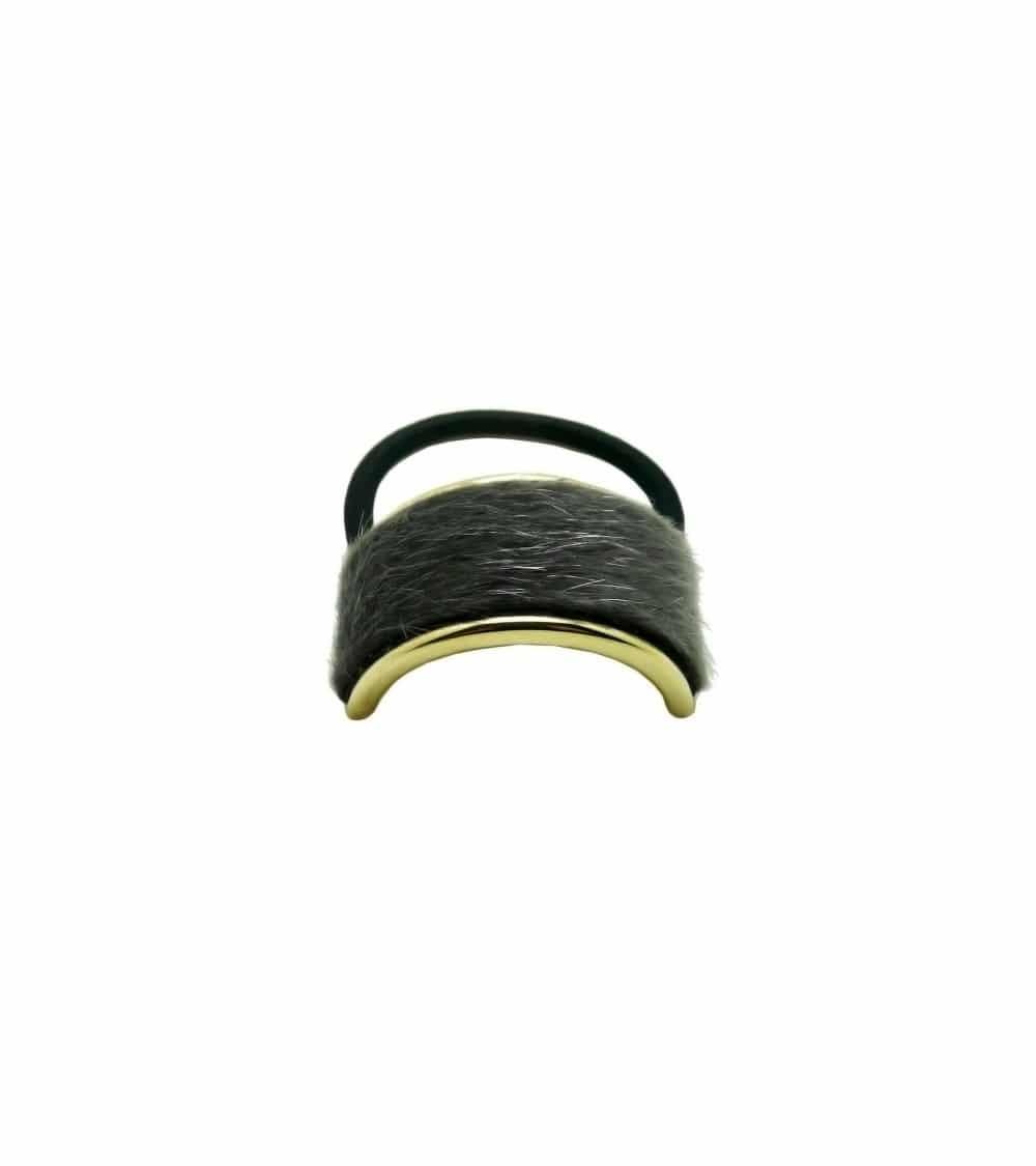 Chouchou élastique avec petit rectangle (6 cm sur 2 cm) en métal doré recouvert de fourrure grise