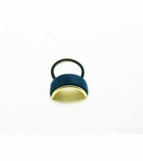 Chouchou en élastique avec un petit rectangle (6 cm sur 2 cm) en métal doré recouvert de fourrure synthétique bleu pétrole