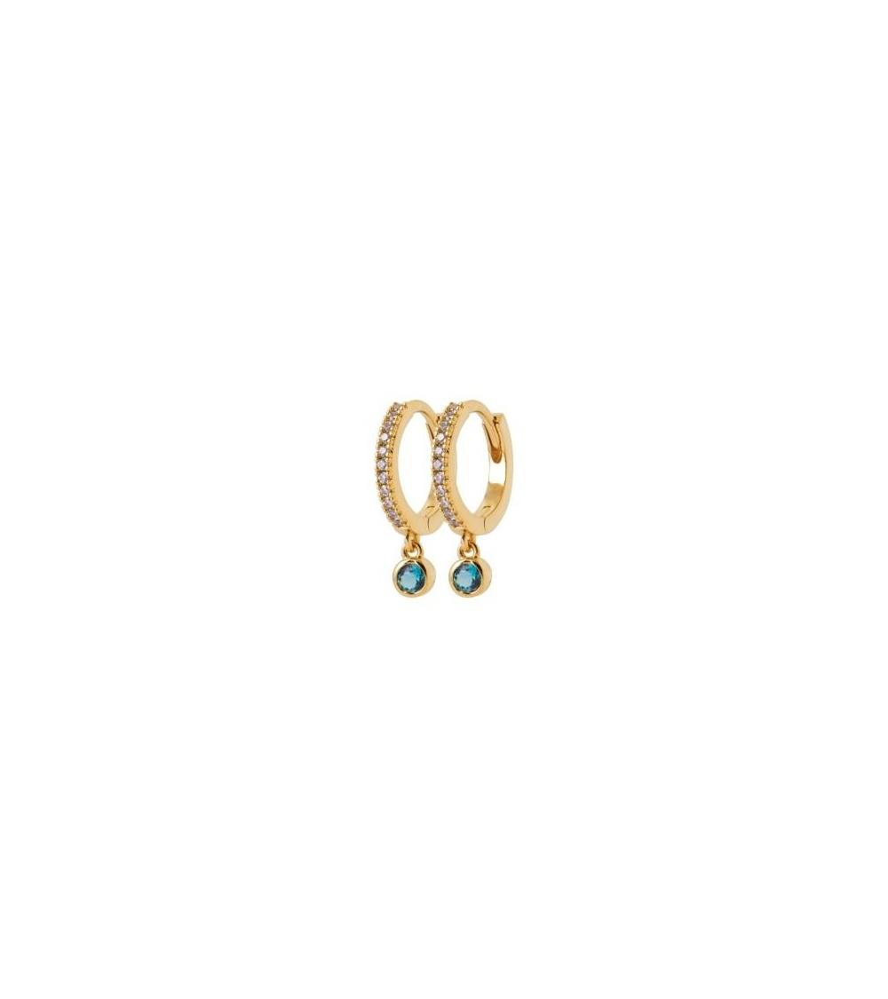 Boucles d'oreilles créoles en plaqué or et oxydes de zirconium avec un pendant en pierre de synthèse bleue.