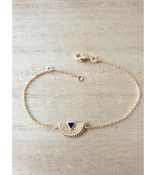 Bracelet demi sphère dentelée en plaqué or incrustée d'un petit triangle en émail bleu (longueur 18 cm réglable à 16 cm)