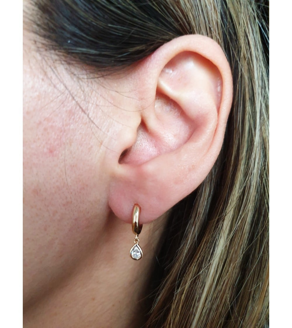 Boucles d'oreilles créoles (diamètre 10,5 cm) en plaqué or avec un pendant en forme de goutte serti d'oxyde de zirconium