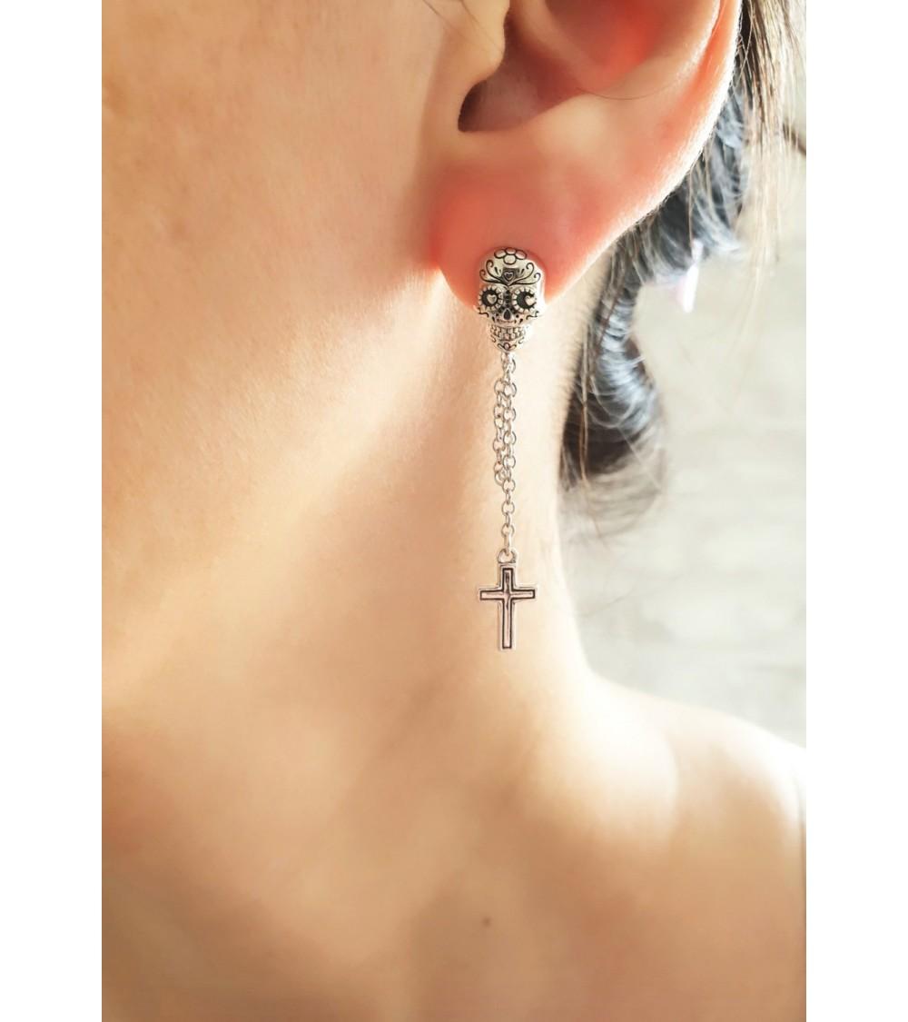 """Boucles d'oreilles pendantes """"tête de mort"""" en argent 925/1000ème avec une croix"""