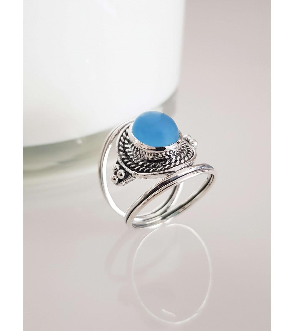 Bague en argent 925/1000ème de style ethnique avec une pierre calcédoine bleue