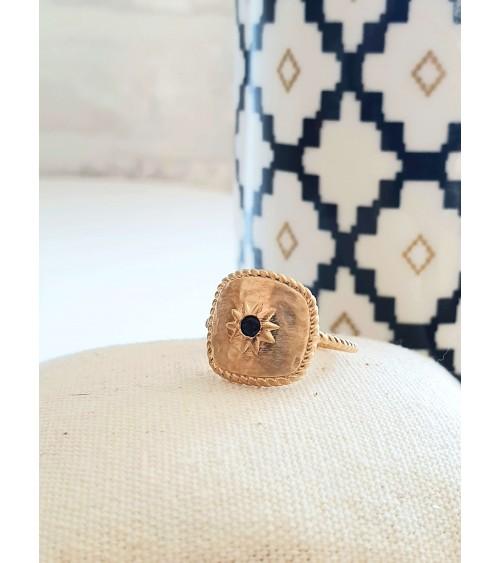 Bague en plaqué or mat avec étoile au centre pierre noire