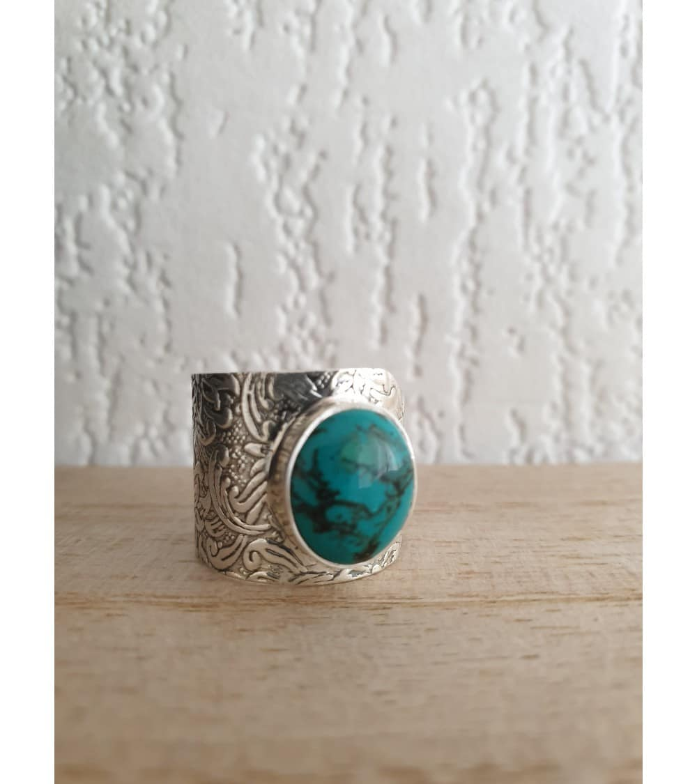 Bague de style ethnique avec une pierre turquoise