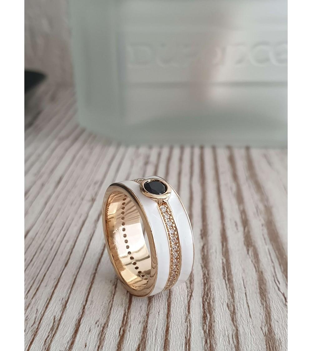 Bague anneau en plaqué or et émail blanc surmontée d'un oxyde de zirconium serti clos