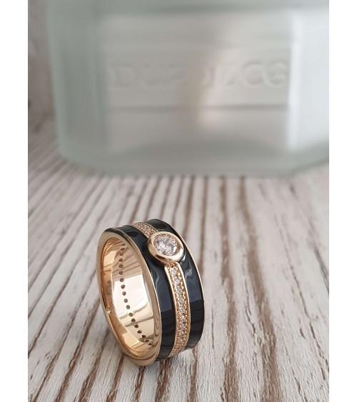 Bague anneau en plaqué or et émail noir surmontée d'un oxyde de zirconium serti clos
