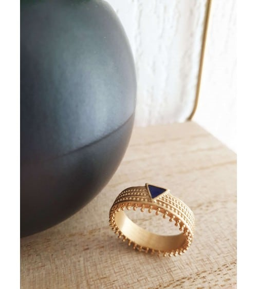 Bague en plaqué or dentelée surmontée d'un petit triangle en émail bleu marine