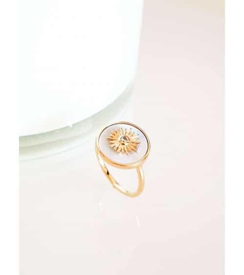 Bague en plaqué or avec pastille en nacre incrustée d'un soleil avec un oxyde de zirconium