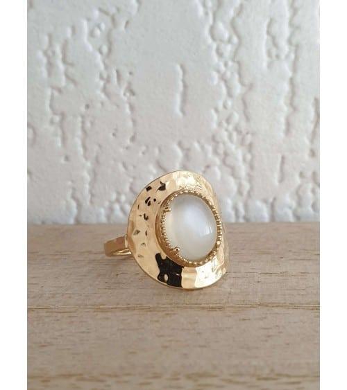 Bague en plaqué or martelé avec en son centre une pierre de lune ovale