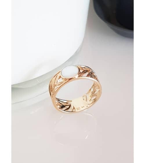 Bague anneau en plaqué or avec en son centre un rond serti de nacre