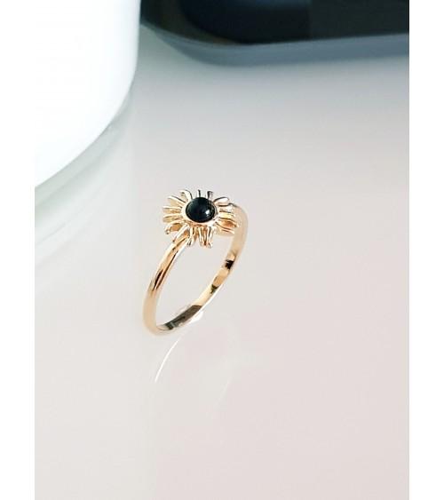 Bague en plaqué or avec motif soleil comportant un onyx