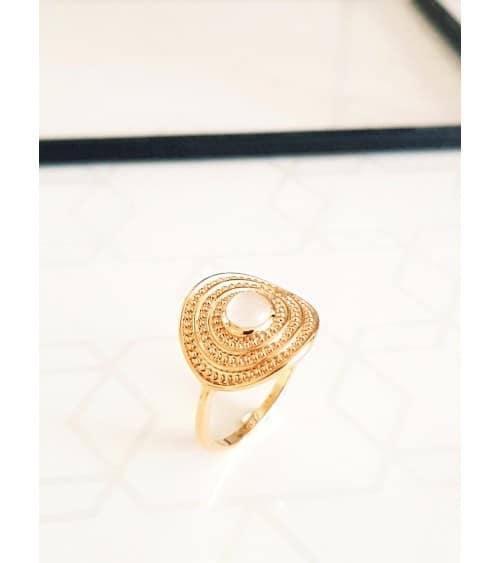 Bague en plaqué or avec un rond serti d'une pierre de lune