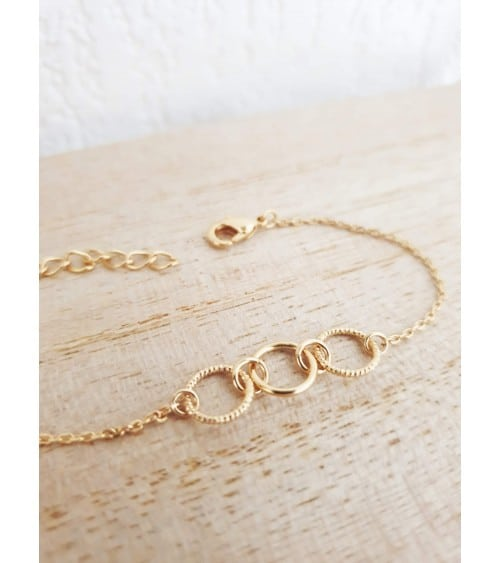 Bracelet en plaqué or avec 2 petits anneaux striés et 1 lisse, en longueur 18 cm réglable à 15 cm