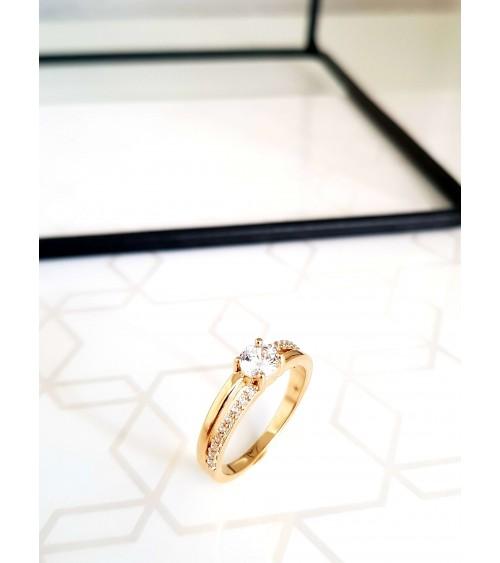 Bague en plaqué or avec un demi rang serti d'oxydes de zirconium et surmonté d'un oxyde de zirconium