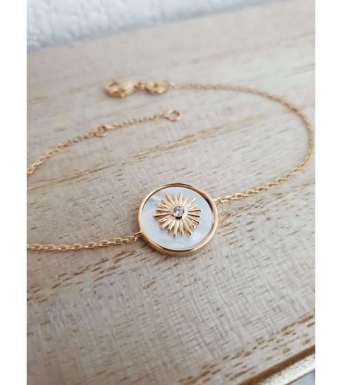 Gourmette en plaqué or et nacre avec un motif soleil incrusté comportant un oxyde de zirconium (longueur 18 cm réglable à 16 cm)