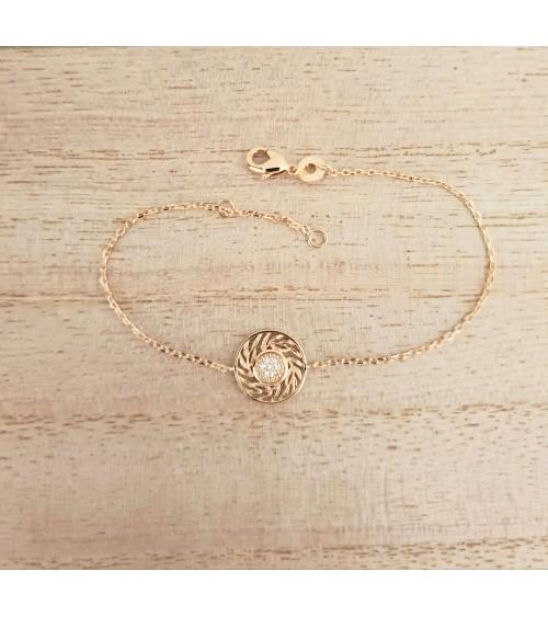 Bracelet en plaqué or avec pastille en son centre sertie d'oxydes de zirconium