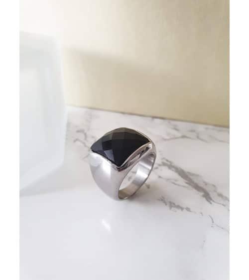 Bague en acier et pierre de synthèse noire à facettes