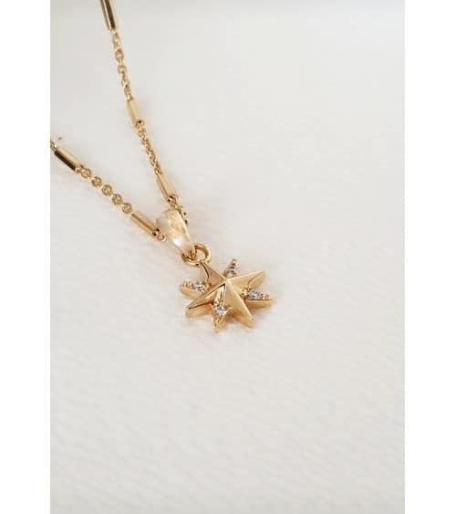 Pendentif étoile en plaqué or et oxydes de zirconium avec chaine en plaqué or agrémentée de petits bâtonnets
